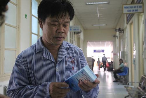 Bệnh nhân đang chăm chú tìm hiểu Boni-Smok