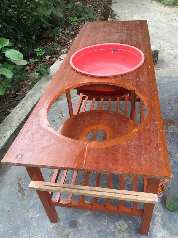 Chiếc bàn được đóng từ những mảnh gỗ thừa, sơn sửa cẩn thận.
