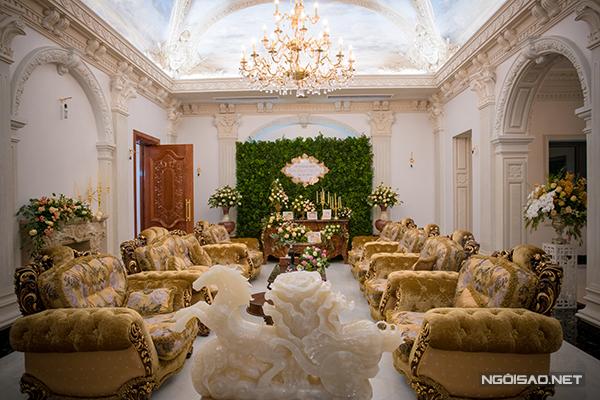 Không gian long trọng ở phòng khách chính, nơi diễn ra lễ thành hôn. Cặp đôi đã chi khoảng 1 tỷ đồng để phủ ngập ngôi nhà trong hoa tươi.