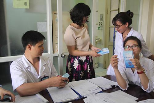 Các y bác sỹ vui vẻ nhận Boni-Smok để hướng dẫn cho bệnh nhân