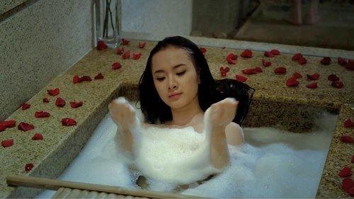 Angela Phương Trinh nhận lời quay phim 'Biết chết liền' vào năm 2012, khi vừa tròn 17 tuổi. Trong phim, cô và Sơn Ngọc Minh thủ vai một đôi tình nhân lãng mạn, không ngần ngại thể hiện những phân cảnh nhạy cảm khiến khán giả 'phát ngượng'.