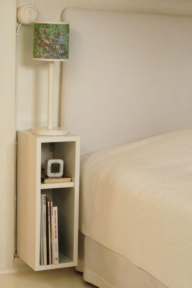 Một sáng tạo khác cho kệ đầu giường kiêm giá sách, vẫn siêu gọn mà đầy đủ công năng, thậm chí còn tiết kiệm diện tích hơn khi nó được gắn trực tiếp lên tường.