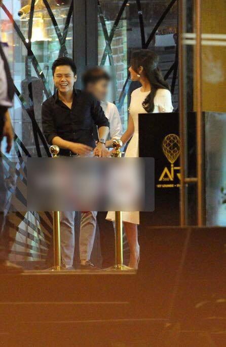 Phan Thành cười khá tươi và trông có vẻ rất vui vẻ khi đi cạnh bạn gái mới