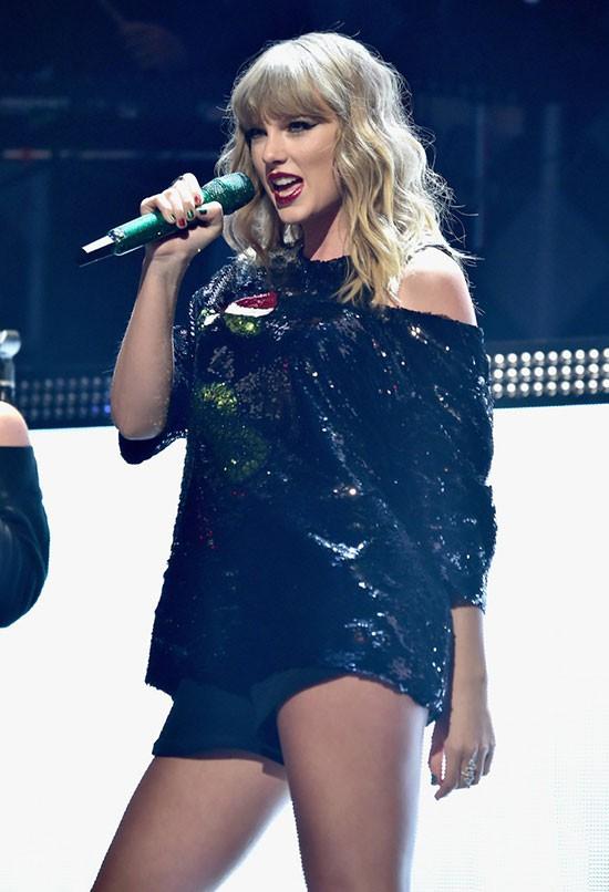 Ngay sau đó, Taylor Swift bước ra sân khấu để thể hiện một loạt ca khúc mới trong album Reputation vừa phát hành.