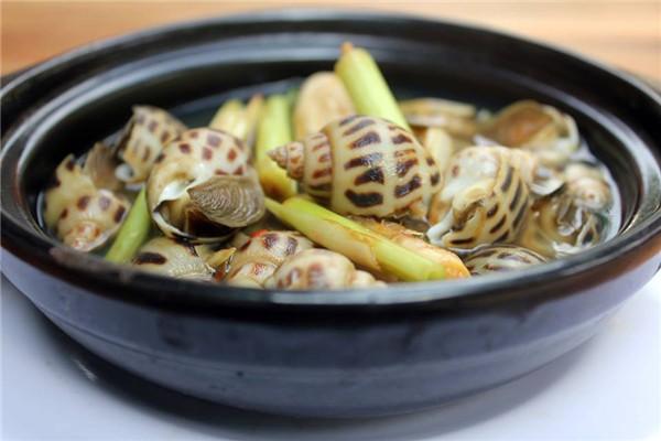 Không chỉ nghêu hấp sả mà ốc hương hấp sả cũng được nhiều người ưa thích nhờ vị tươi, ngọt của ốc hòa với hương thơm nồng của sả. Ngoài ra, húp nước luộc ốc rất đã, ấm bụng trong những ngày trời se lạnh.