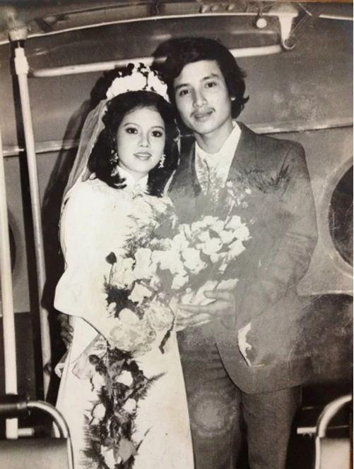 Cặp đôi nghệ sĩ Chí Trung - Ngọc Huyền. Bộ váy cưới điển hình với áo trắng, găng tay ren và đội khăn voan.