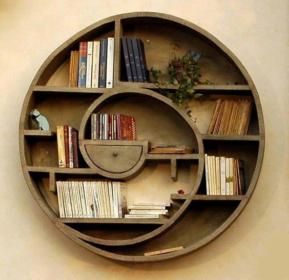 Thiết kế kệ tròn khá cầu kì sử dụng chất liệu gỗ này sẽ giúp bạn giải phóng được rất nhiều không gian trong nhà.