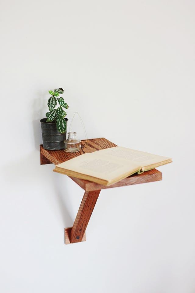 3 miếng gỗ cùng vài chiếc ốc viết và ít mũi khoan là bạn đã có thể tạo ra một chiếc giá trên cao để những vật dụng nhỏ hay đồ trang trí xinh xắn.