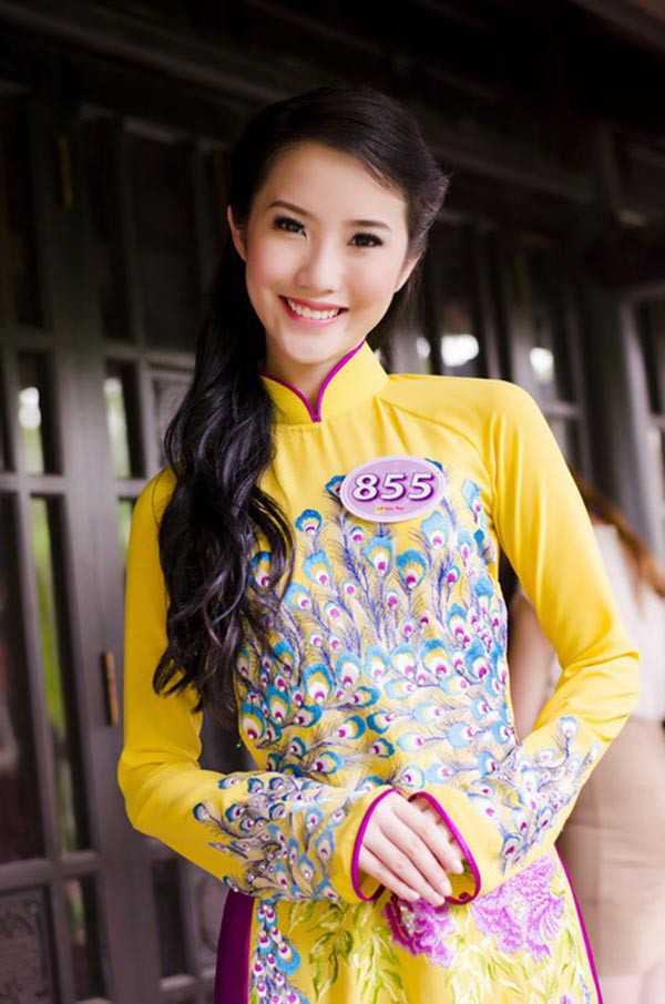 Cô nàng duyên dáng trong tà áo dài truyền thống.