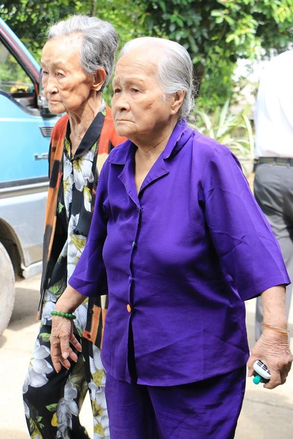 Nghệ sĩ Ngọc Đáng (phải) - 91 tuổi - tiễn đồng nghiệp khi di quan. Cố nghệ sĩ được hỏa táng tại nghĩa trang Đa Phước, TP HCM.