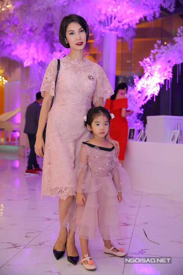 Mẹ con Xuân Lan diện váy ren ton sur ton đến tham dự lễ cưới.