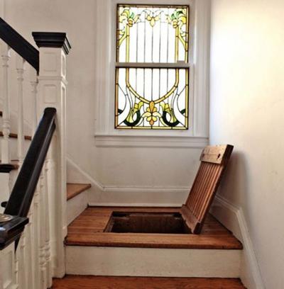 Không nhiều người biết khi lên xuống cầu thang của gia đình này, họ đang đi trên một kho đồ bí mật.