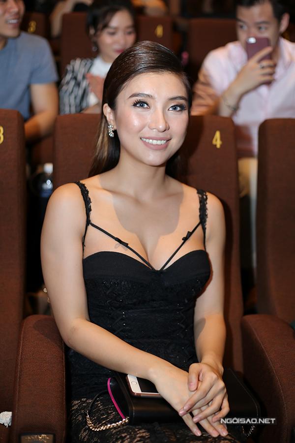 Ca sĩ Tiêu Châu Như Quỳnh khoe vòng một sexy.