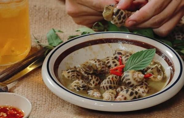 Lạ miệng với ốc hương xào trứng muối bùi bùi, hơi mặn kết hợp với vị ngọt của thịt ốc sẽ khiến bạn ghiền ngay lập tức.