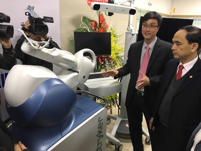 TS Hoàng Gia Du - Trưởng khoa Chấn thương chỉnh hình và cột sống giới thiệu về robot phẫu thuật thay khớp gối bán phần