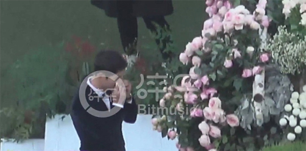 Chú rể Song Joong Ki đã lén lau nước mắt trong lễ cưới của mình.