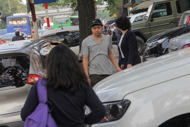 Tình trạng dừng đỗ xe tràn lan trước cửa Đài Phát thanh và Truyền hình Hà Nội.