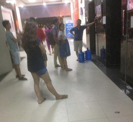 Bị mất nước vào buổi tối, nhiều hộ dân tại HH4C đã đi mua nước bình dùng tạm.