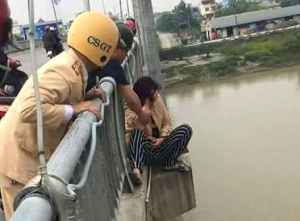 Trước đó tại cầu Bo (TP. Thái Bình), lực lượng chức năng giải cứu thành công một phụ nữ có ý định tự tử. Ảnh: L.Khánh