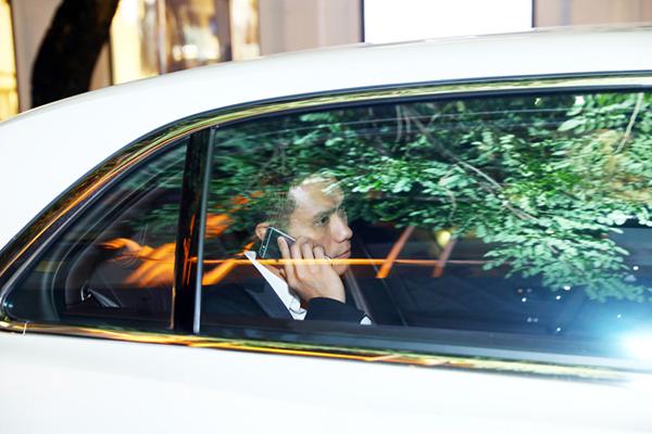 Mới đây trong một sự kiện tại Hà Nội, Việt Anh bất ngờ xuất hiện với xe sang màu trắng và có tài xế đón đưa cẩn thận.