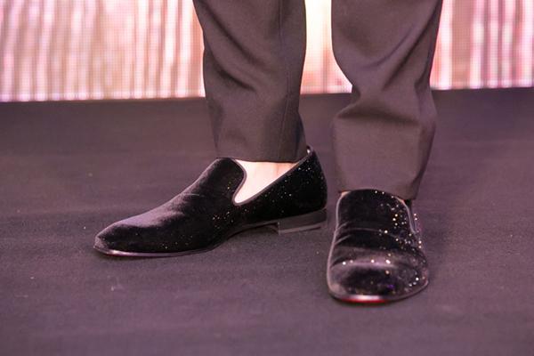 Công việc hái ra tiền nên Việt Anh cũng chịu chi cho vấn đề hình ảnh. Anh thường xuất hiện với nhiều bộ cánh hàng hiệu, ví dụ như đôi giày anh đang đi có giá 22 triệu đồng.