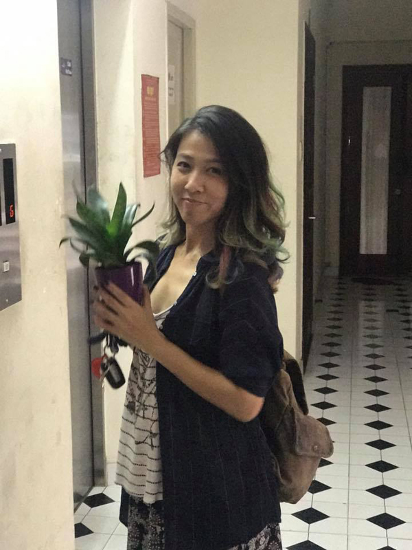 Lấy Anh Khoa, điều hy sinh đầu tiên của Thùy Trang chính là vì sợ chồng phải đợi lâu cô bỏ luôn sở thích trang điểm và đi giày cao gót. Cô ăn mặc đơn giản và luôn để mặt mộc khi xuất hiện trước mọi người.