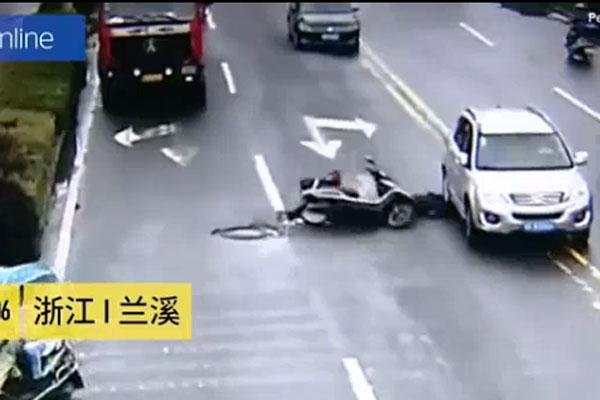 Bị ngã vào ô tô nhưng thoát chết.