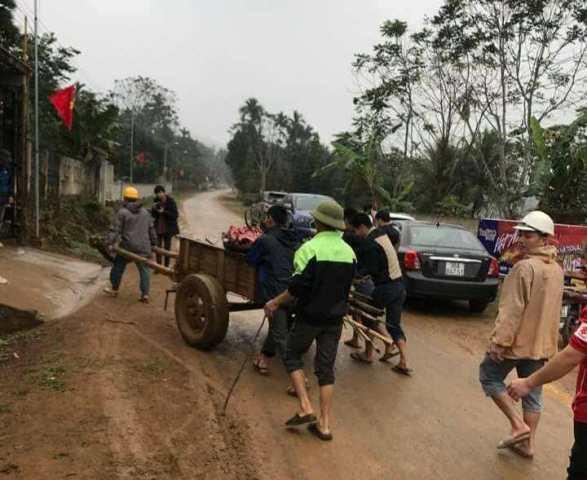 Ngay từ sáng sớm rất đông anh em đến giúp gia đình ông Khánh để chuẩn bị đón tiếp mọi người
