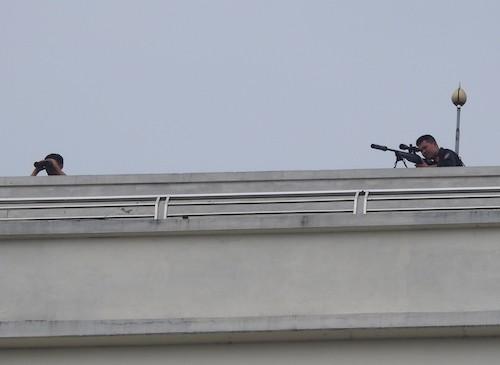 Cảnh sát trên nóc tòa nhà. Ảnh: VnExpress