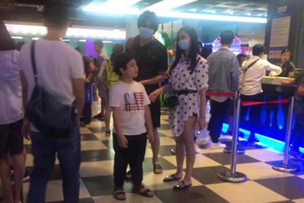 Hình ảnh Tim và Quỳnh Anh đưa bé Shushi đi xem phim bị người hâm mộ ghi lại.