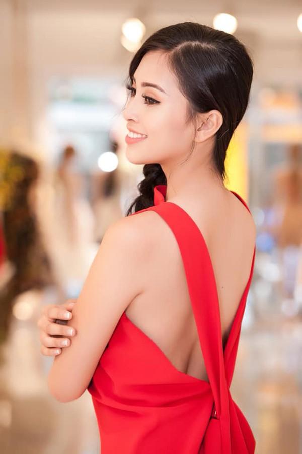Trước khi đi công tác tại Pháp, Trần Tiểu Vy chuẩn bị rất kỹ càng cho công việc và lo lắng từng li từng tí cho trang phục của mình.