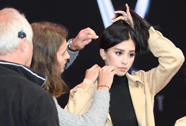 Không giống như lứa tuổi 18 vô lo vô nghĩ, Trần Tiểu Vy giờ đây ý thức được bản thân. Khi làm việc với BTC quốc tế, cô thể hiện sự chuyên nghiệp của mình trong công việc.