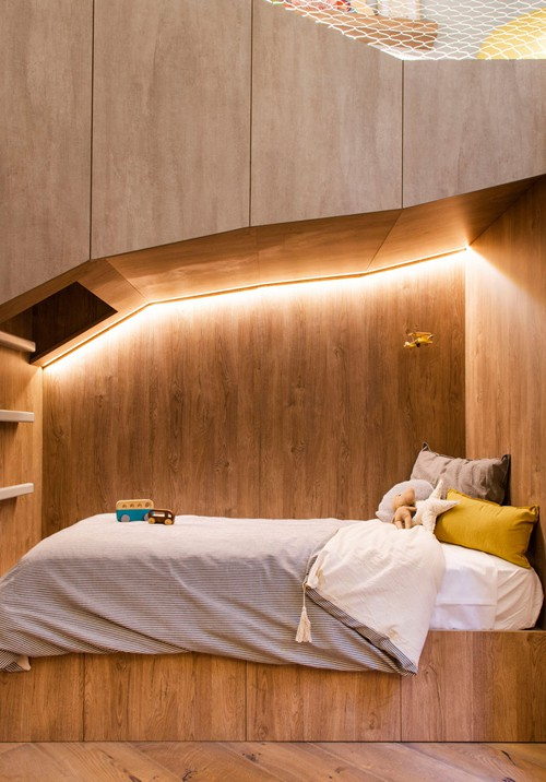 Toàn bộ nội thất trong phòng là chất liệu gỗ, mang lại cảm giác ấm áp và màu sắc cổ tích.