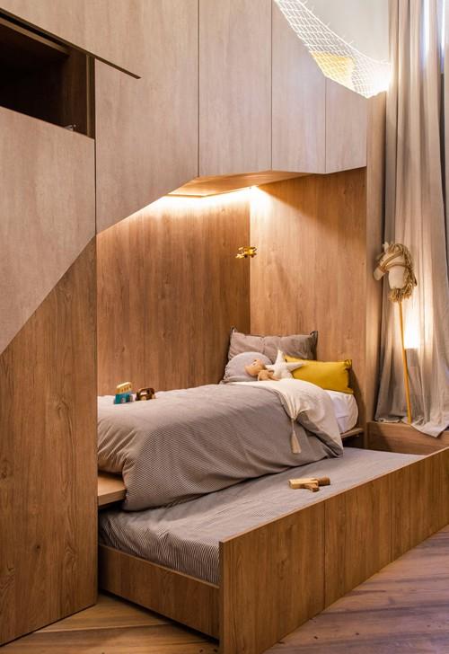 Bên dưới giường chính, một giường phụ được tích hợp như ngăn kéo để đủ chỗ cho những vị khách ghé thăm.