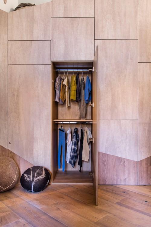Tủ quần áo có kích thước nhỏ gọn, thiết kế ẩn trong hộp cuối giường để đảm bảo thẩm mỹ và tiết kiệm diện tích.