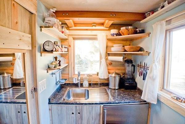Các cửa sổ thông minh tạo ra điện năng, hệ thống bếp tiên tiến bao gồm 2 lò sử dụng khí propan (loại khí này cũng được sử dụng cho máy nước nóng), bộ tích hợp bồn rửa chén, tủ lạnh kết hợp tủ đông.