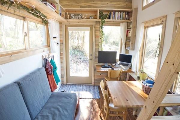 Không gian làm việc sáng sủa, thoải mái với bàn làm việc, sofa cùng hệ thống cửa sổ khắp căn phòng.