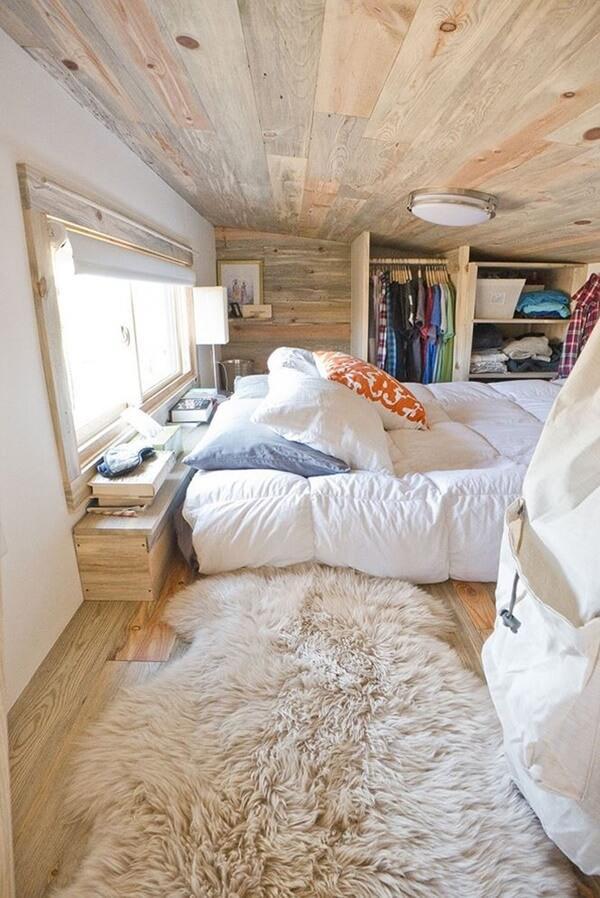 Phòng ngủ gồm thảm, chăn và sàn gỗ thông mang đến cảm giác ấm cúng.