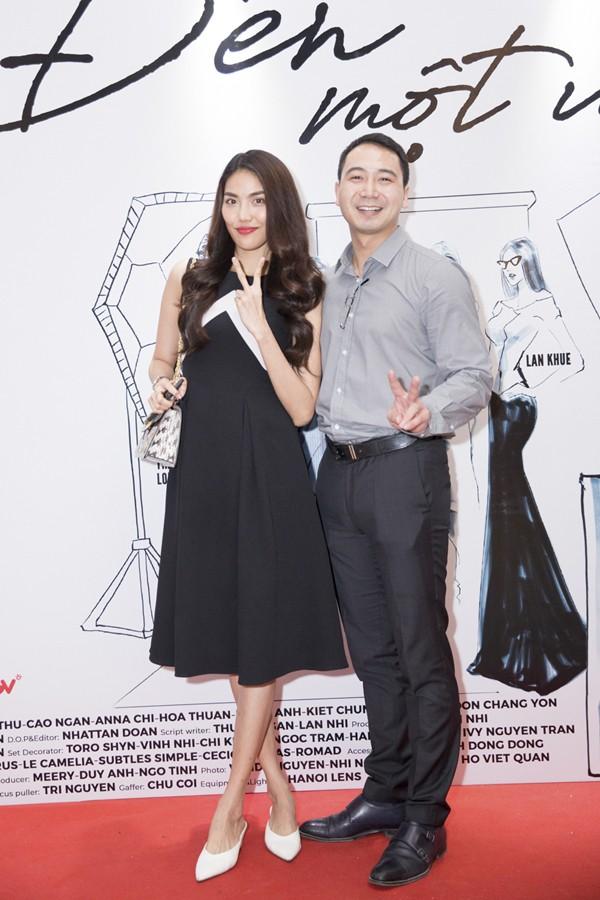 Từ khi cầu hôn, Lan Khuê và Tuấn John thoải mái xuất hiện bên nhau. Họ lần đầu đồng hành trên thảm đỏ ở một sự kiện ra mắt phim vào đầu tháng 7.