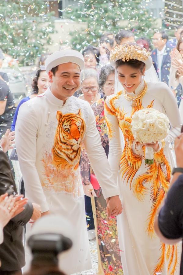 Ngày 24/9, Lan Khuê và Tuấn John tổ chức lễ vu quy tại nhà riêng. Họ diện áo dài màu trắng, thêu họa tiết con hổ và chim phượng hoàng.