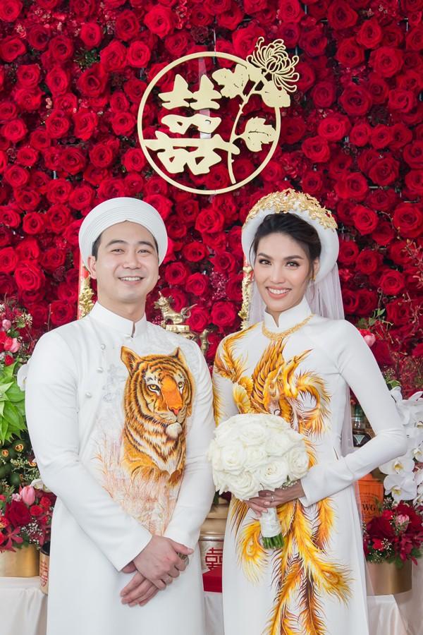 Trong không gian ngập tràn 10.000 bông hoa , cặp đôi thực hiện các nghi lễ truyền thống và nhận lời chúc phúc từ gia đình, bạn bè.