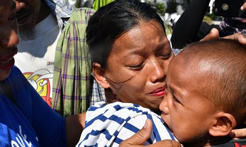 Rahmatia khóc khi đoàn tụ với con trai Jumadil hôm 5/10. Ảnh: AFP