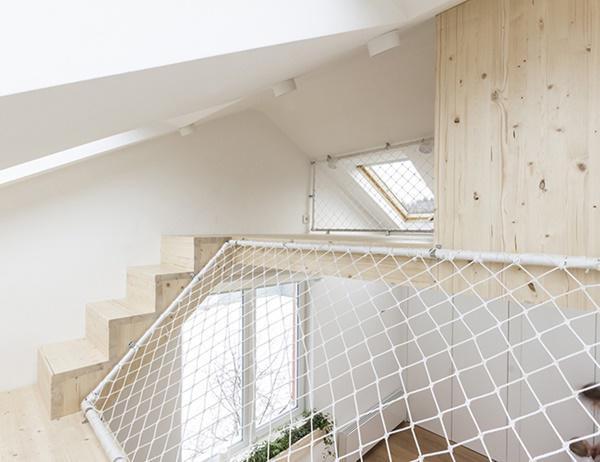 Toàn bộ cấu trúc căn nhà chỉ gồm một chiếc giường và tầng trên được kết nối bởi cầu thang