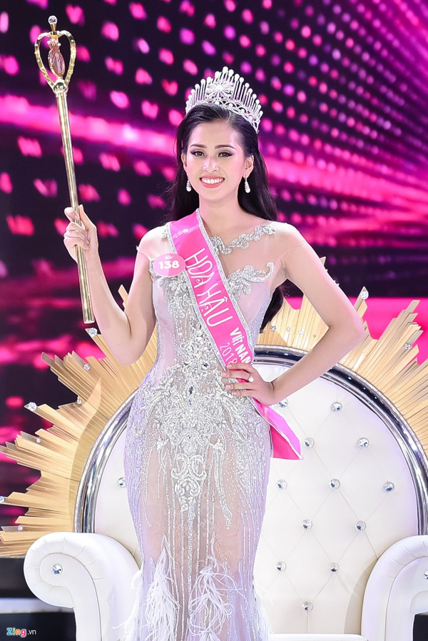 Hoa hậu Trần Tiểu Vy sinh ra tại Hội An, Quảng Nam. 18 tuổi nhưng cô gái trẻ này đã thể hiện bản lĩnh cùng sự tự tin của mình. Người đẹp này sinh ra trong gia đình khá giả nhưng cô lại rất khiêm tốn.