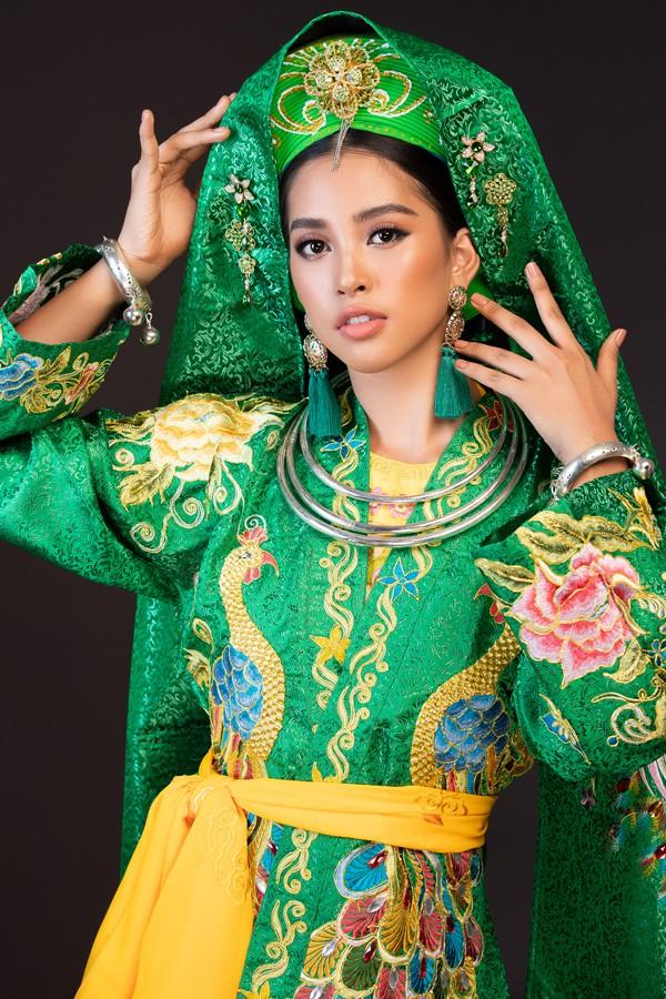 Trần Tiểu Vy khoe nhan sắc hút hôn trong trang phục hát chầu văn.