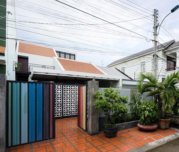 Đây là căn nhà rộng 150m2 của một cặp vợ chồng đã nghỉ hưu, nằm trong khu dân cư dành cho cán bộ địa phương ở Vĩnh Long.