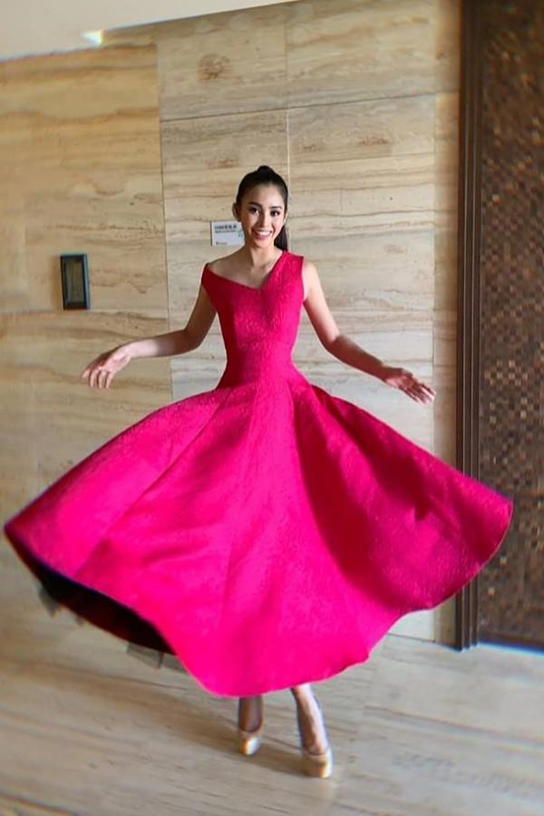 Tiểu Vy xuất hiện lộng lẫy với chiếc váy màu hồng của nhà thiết kế Đỗ Mạnh Cường trong một hoạt động của Miss World vào chiều 13/11. Cô chọn kiểu tóc đuôi ngựa, trang điểm nhẹ nhàng để xuất hiện cùng 120 thí sinh khác.