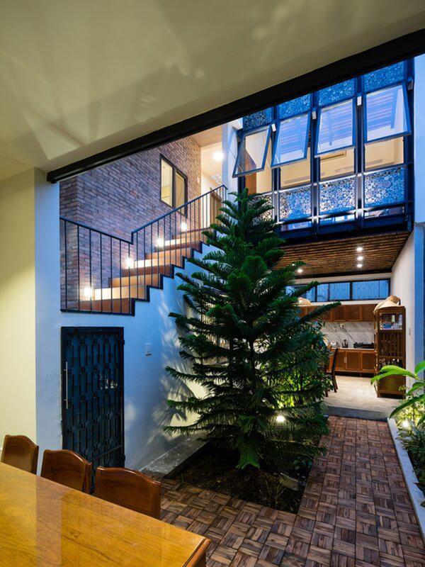 """Cây cảnh và hoa được trồng đan xen giữa các khối trong nhà, tạo thành các """"vách ngăn xanh"""" thân thiện và đẹp mắt."""