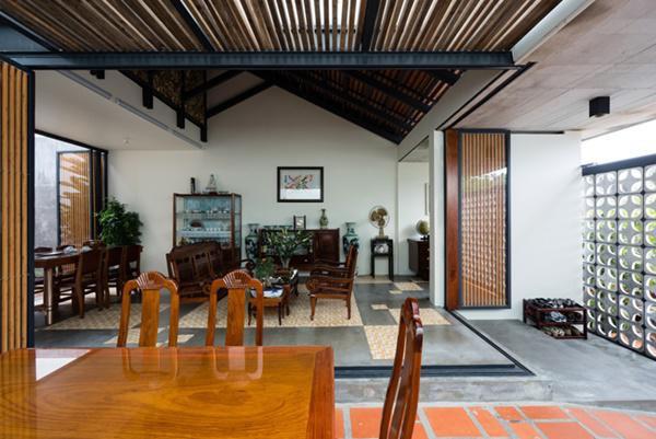Quanh phòng khách có 1 đường ray, khi cần thiết, chủ nhà có thể kéo cửa sắt lại, tạo thành một không gian khép kín.