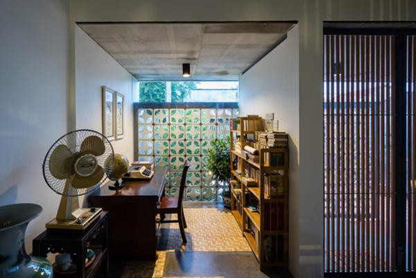 Rất nhiều vật liệu khác cũng được tái sử dụng từ nhà cũ: gạch hoa dùng để lát sàn phòng khách, mái ngói cũ để trang trí trong nhà bếp, các tấm ván lợp mái hoặc thanh sắt cũ được tận dụng làm mái vòm cho hiên nhà…